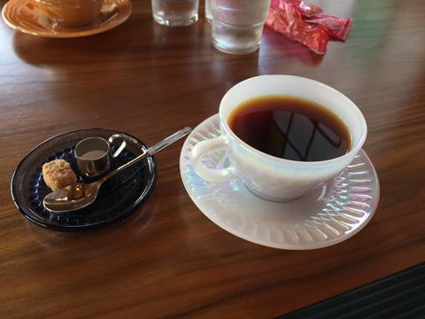コーヒーはファイヤーキングのカップ&ソーサーでサーブされる