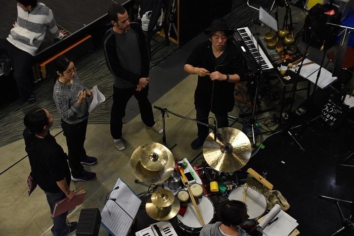 稽古場には大友良英ら音楽陣も控え、その場で拍や動きとのタイミングを揃えていく