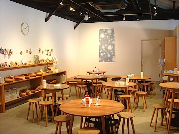 「陶楽工房」では、予約なしで体験可能な<自由時間>も実施。フォトフレームやクリップなどにモザイクタイルを貼って、オリジナル作品づくりを