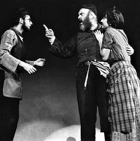 ブロードウェイ初演の舞台より。右から長女ツァイテル役のジョアンナ・マーリン、父親テヴィエを演じたゼロ・モステル、ツァイテルの婚約者役のオースティン・ペンデルトン