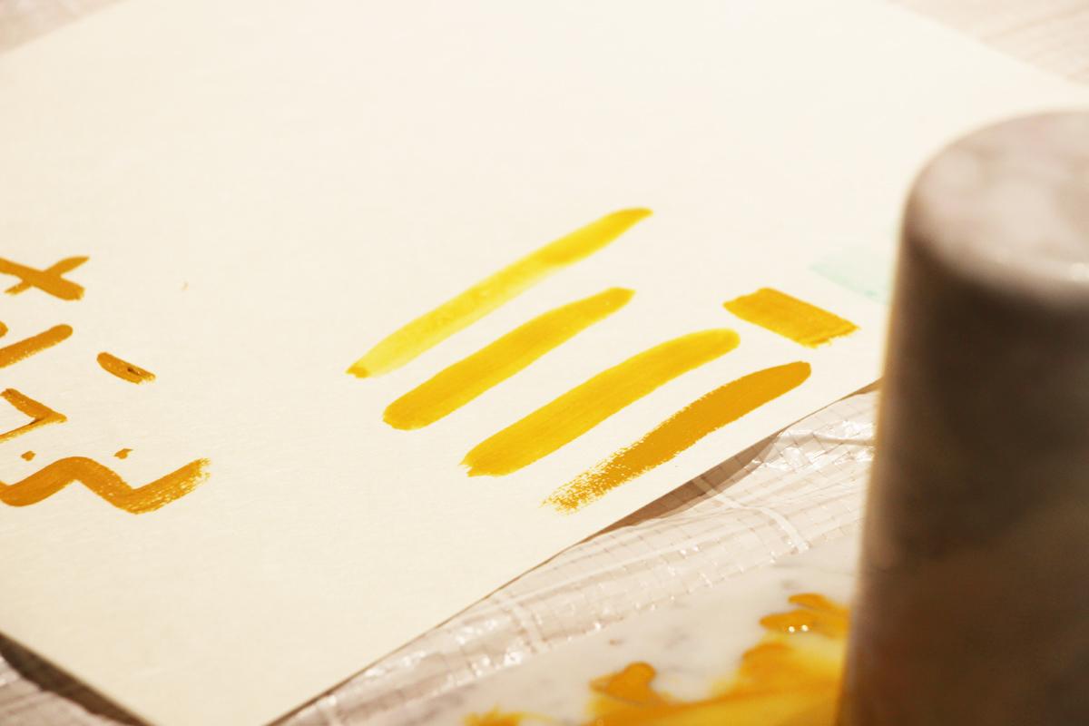 筆に含ませる水の量で、色が変わります。絵具は奥が深い。