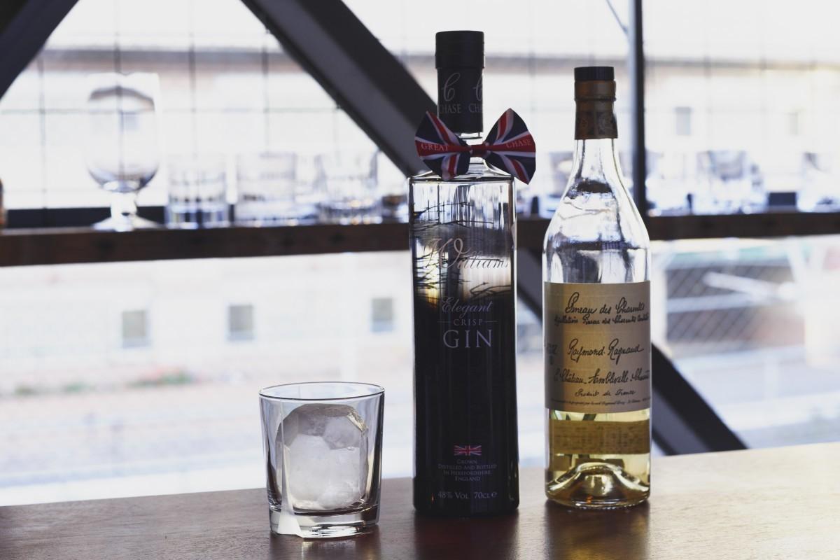 右:コニャック地方の甘口の地酒である、酒精強化ワイン『レイモン ラニョー ヴュー ピノー デ シャラント』。 左:りんごスピリッツベースのジン『チェイス エレガント ジン』。