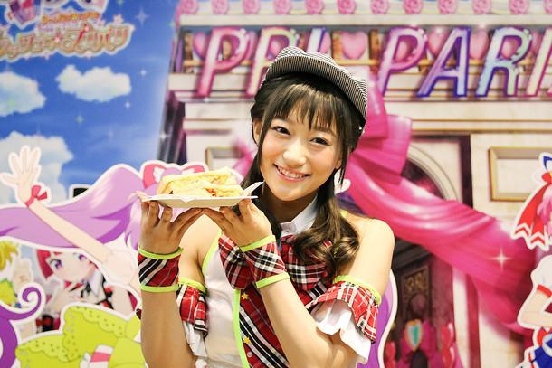 「カラフル!かしこま!クロックムッシュ」を手にする茜屋日海夏(i☆Ris)。