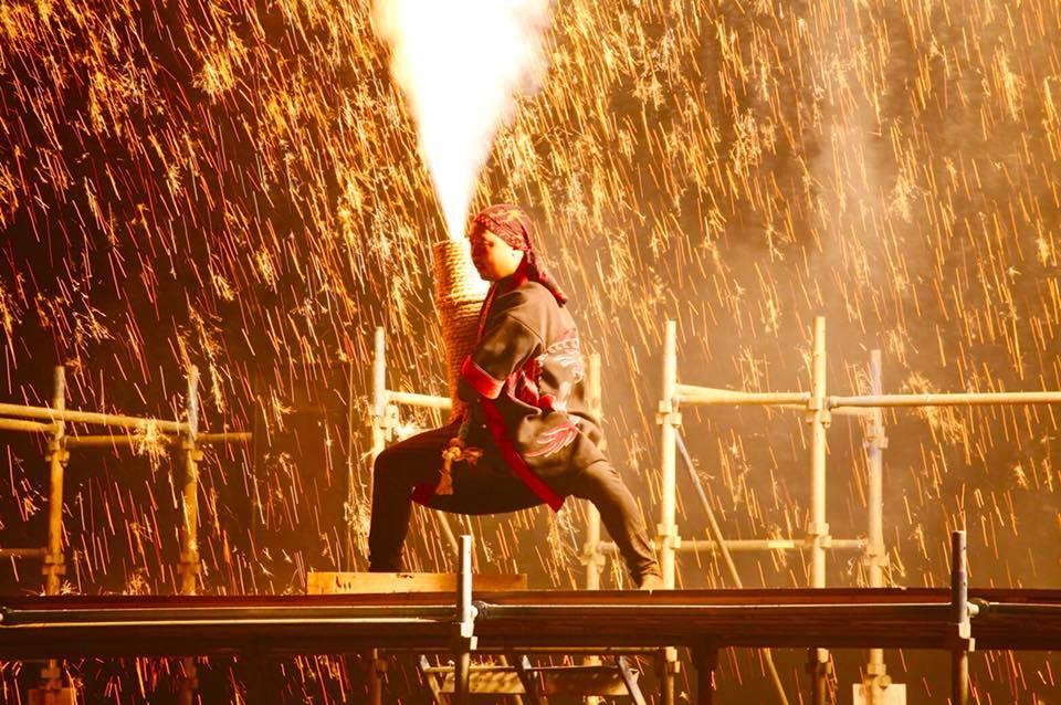 関東地方で観覧できるのは珍しい、火の粉が吹き上がる大迫力の手筒花火