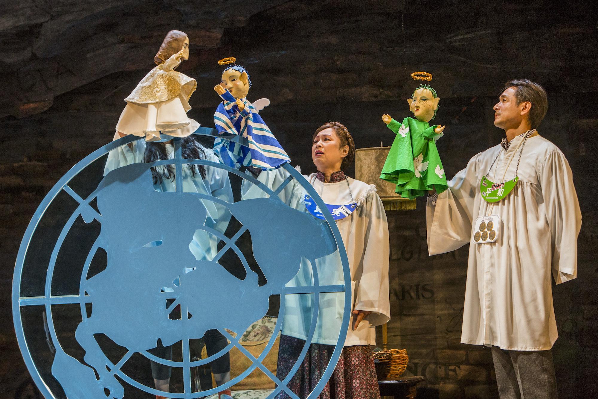 地人会新社公演『これはあなたのもの 1943—ウクライナ』(新国立劇場)天国のどこかで、神と天使たちが会話している場面。 撮影/谷古宇正彦
