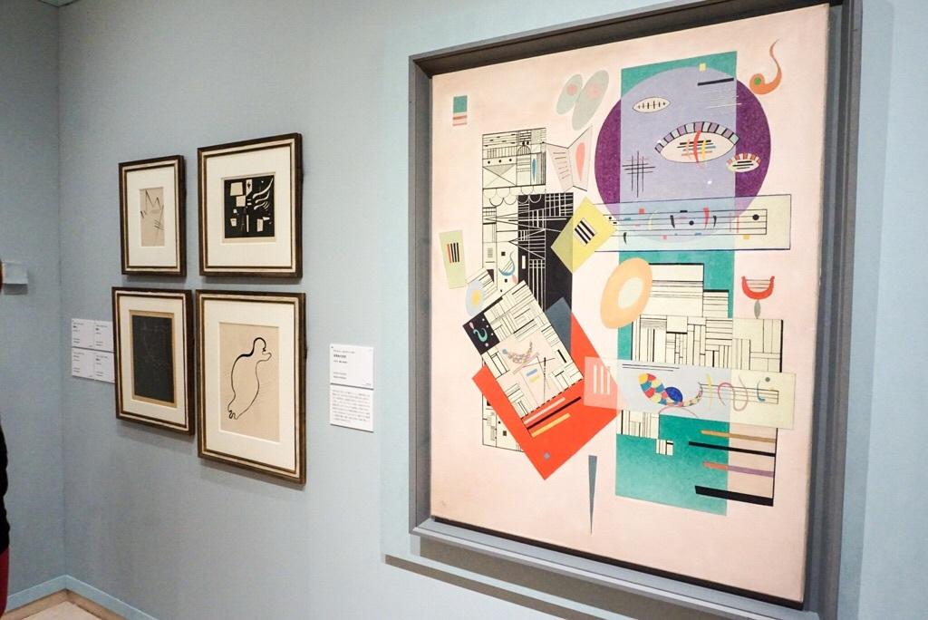 (手前)ヴァシリー・カンディンスキー《活気ある安定》1937年 宮城県美術館蔵