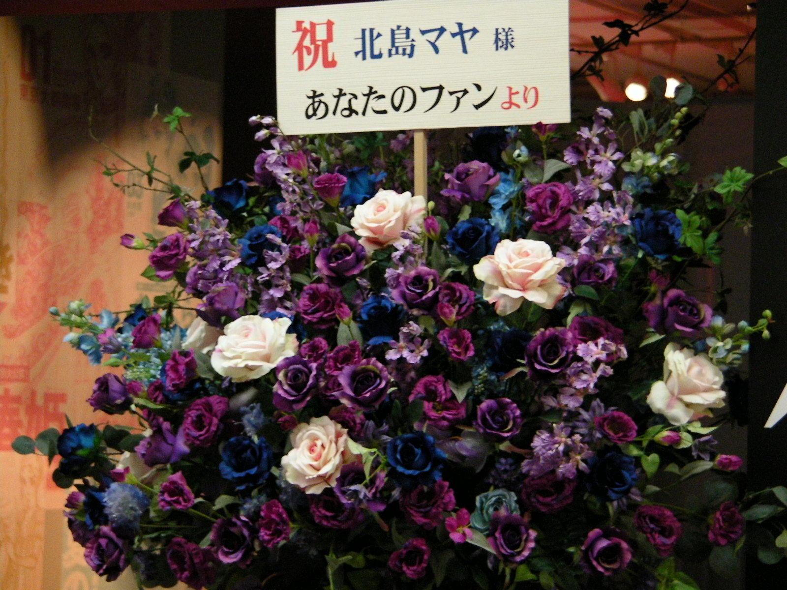 会場入り口には紫のバラを飾る粋な演出