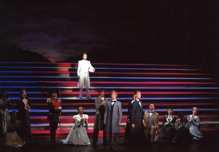 星条旗の大階段 中央はリンカーンの轟悠 星条旗の大階段 中央はリンカーンの轟悠 c宝塚歌劇団  禁転載