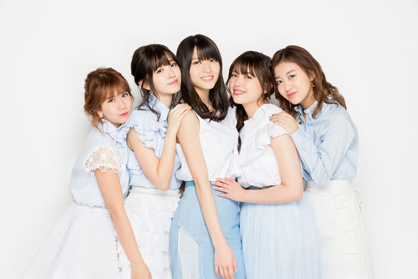 ℃-ute。左から岡井千聖、鈴木愛理、矢島舞美、中島早貴、萩原舞。