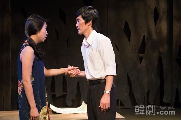 ゴヌの妻タジョン(キム・ジョン)に迫る、医者ソクジュン(オ・デソク) ©Wooje Jang