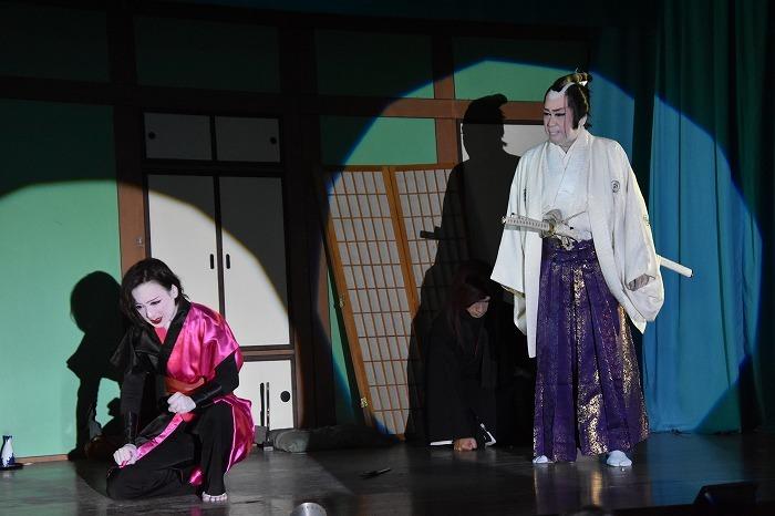 ラストで二代目座長・扇子家(せんすや)玉四郎さんが登場。高岡藩城主役にぴったりの、堂々たる姿と響く声。