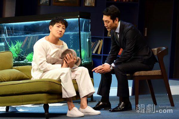 マイケル役チョン・ウォニョン(左)とグリーンバーグ医師役のイ・ソクジュン