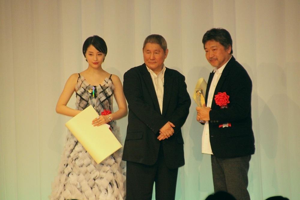 助演女優賞の広瀬すず、斉藤由貴の代理の是枝裕和監督