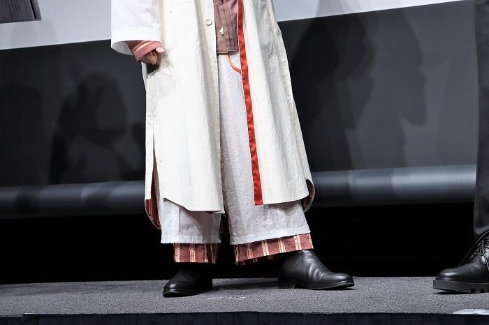須賀さんは個性的な衣裳にゴアブーツを合わせていました