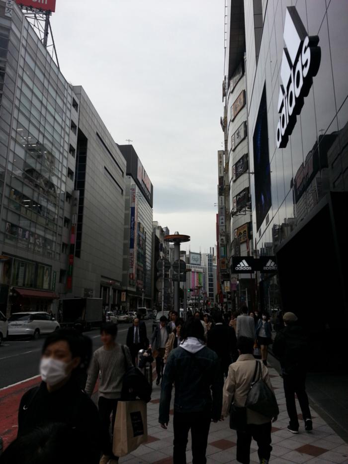 adidasのある文化通りを進みましょう