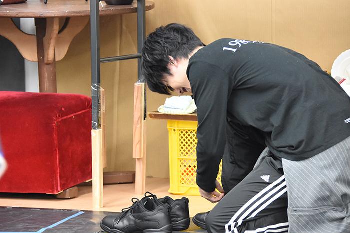 壊れた靴を履き替える本田礼生