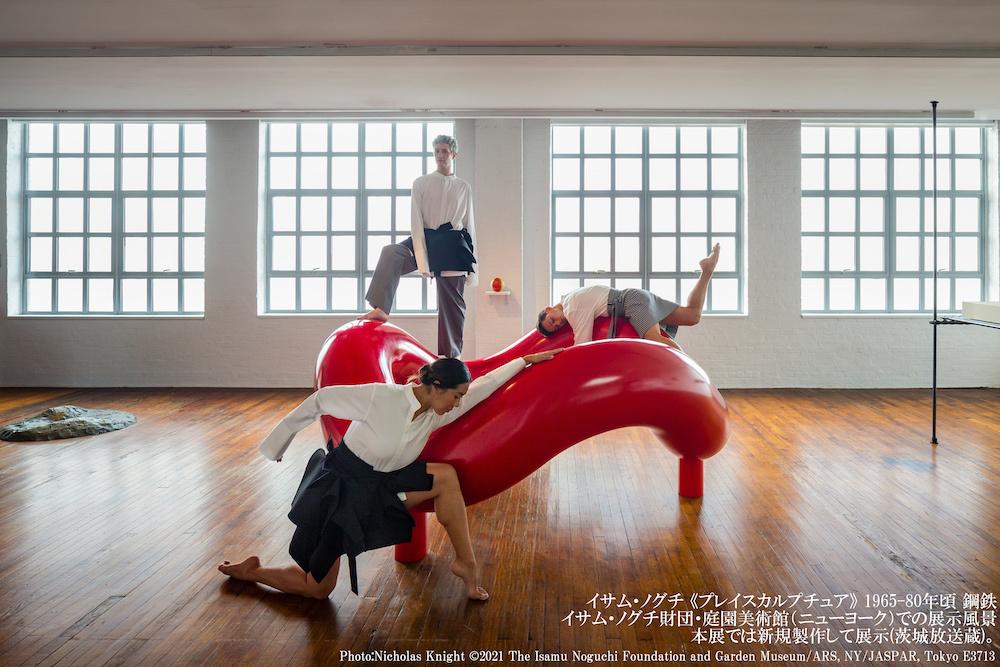 イサム・ノグチ 《プレイスカルプチュア》 1965-80年頃、鋼鉄 イサム・ノグチ財団・庭園美術館(ニューヨーク)での展示風景。本展では新規制作して展示(茨城放送蔵)。 Photo:Nicholas Knight (C)2021 The Isamu Noguchi Foundation and Garden Museum/ARS, NY/JASPAR, Tokyo E3713