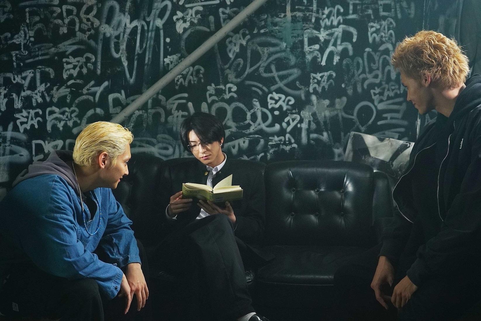 左から、辻(鈴木昂秀)、轟洋介(前田公輝)、芝マン(龍)