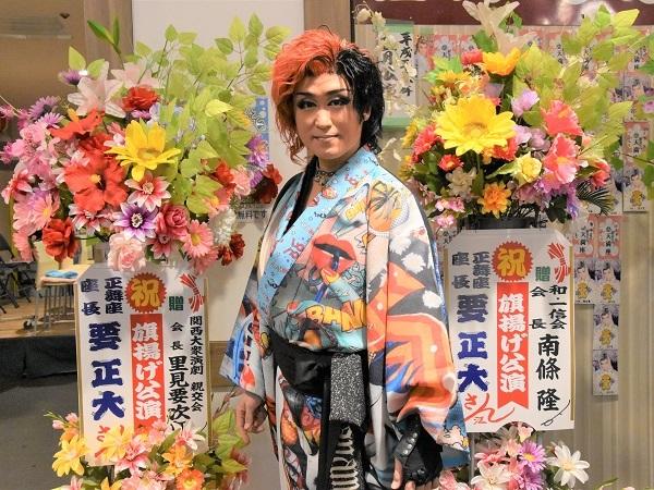 里見要次郎会長・南條隆会長の花に挟まれて。