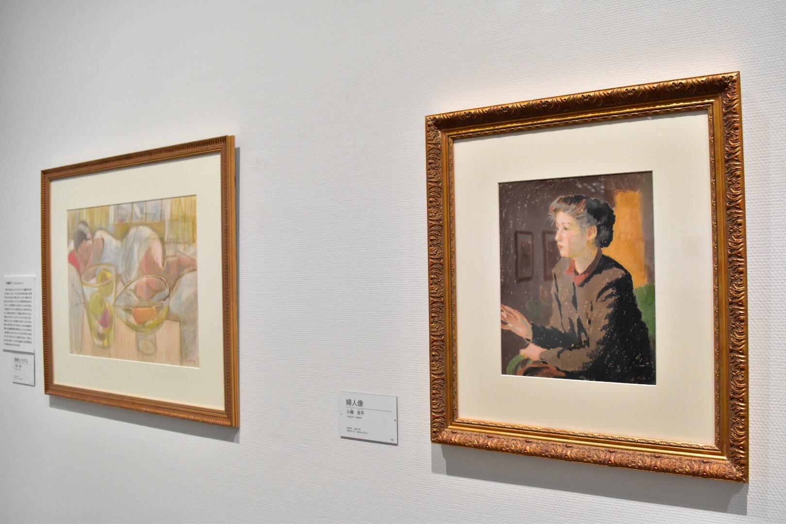 右:小磯良平 《婦人像》1951年 左奥:小磯良平 《静物とモデル》制作年不明