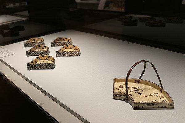 右が《銹絵山茶花図扇面手鉢》江戸時代 18〜19世紀、左が《銹絵染付絵替扇形向付》江戸時代 18世紀(いずれも尾形乾山作、MIHO MUSEUM所蔵)