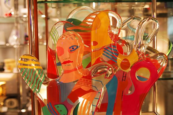 代々木上原・航研通りのグラフィオ/ビューロスタイル ヤンケル・ギンズバーグのルーサイト彫刻。珍しいモノに出会える店だ。