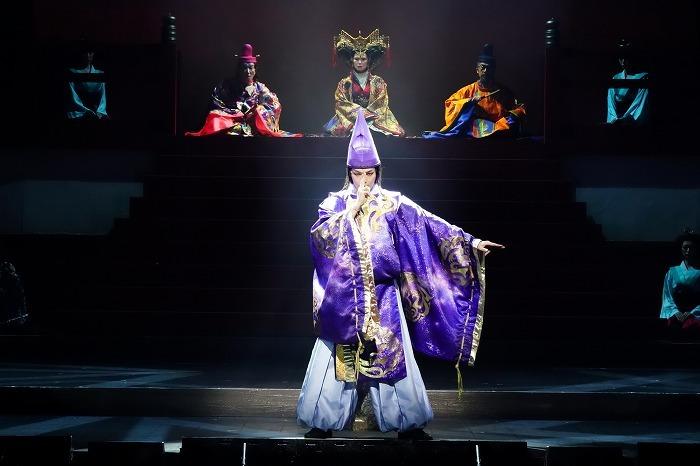 中村倫也(後方左から:右近健一、高田聖子、粟根まこと)