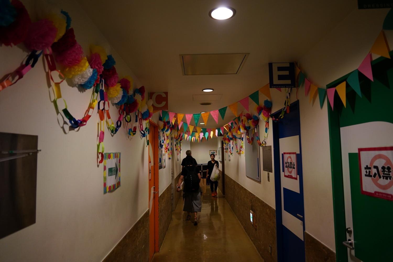 この廊下の飾り付けはまさしく高校の学校祭。気分がアガる! (C)2017 プロジェクトラブライブ!サンシャイン!!/(C)SCRAP