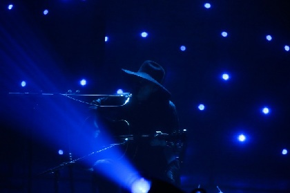 amazarashi・秋田ひろむ 奥深く切実な音楽世界を表現した圧巻のステージ 初の弾き語りライブ『理論武装解除』レポート