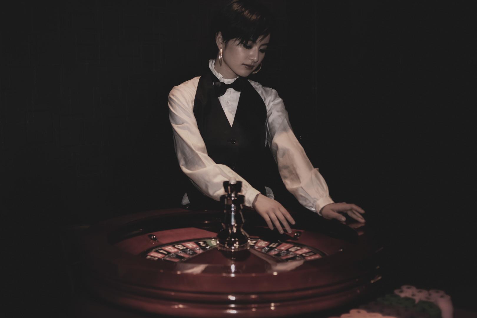 カジノでのゲームはスマホを通してリアルタイムで勝負が可能。ディーラーに直接メッセージを送ることも可能だ。