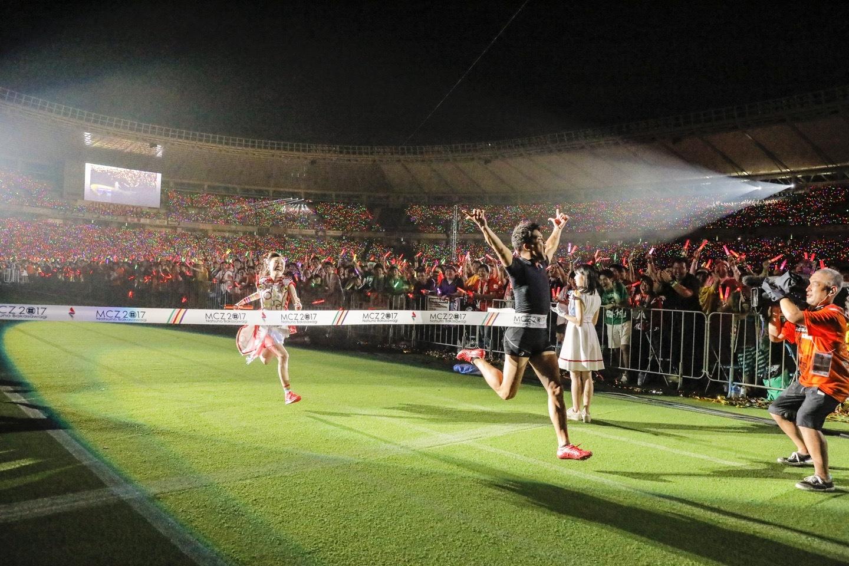 『ももクロ夏のバカ騒ぎ2017 -FIVE THE COLOR Road to 2020- 味の素スタジアム大会会場』1日目武井vs百田 Photo by HAJIME KAMIIISAKA+Z