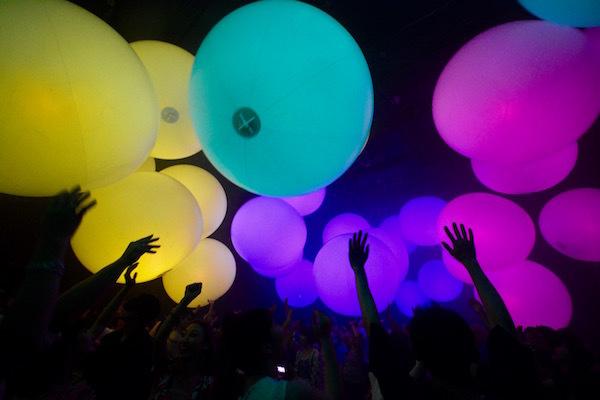 幾つものカラフルな球体が場内を回遊し、場内の空気は最高潮に!