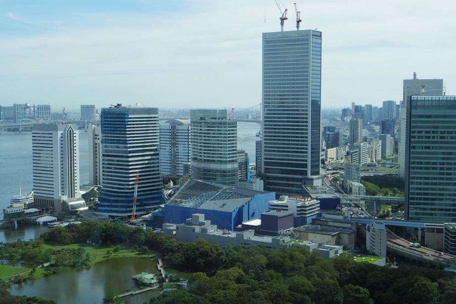 青い建物が建設中の四季劇場(撮影:上村由紀子)