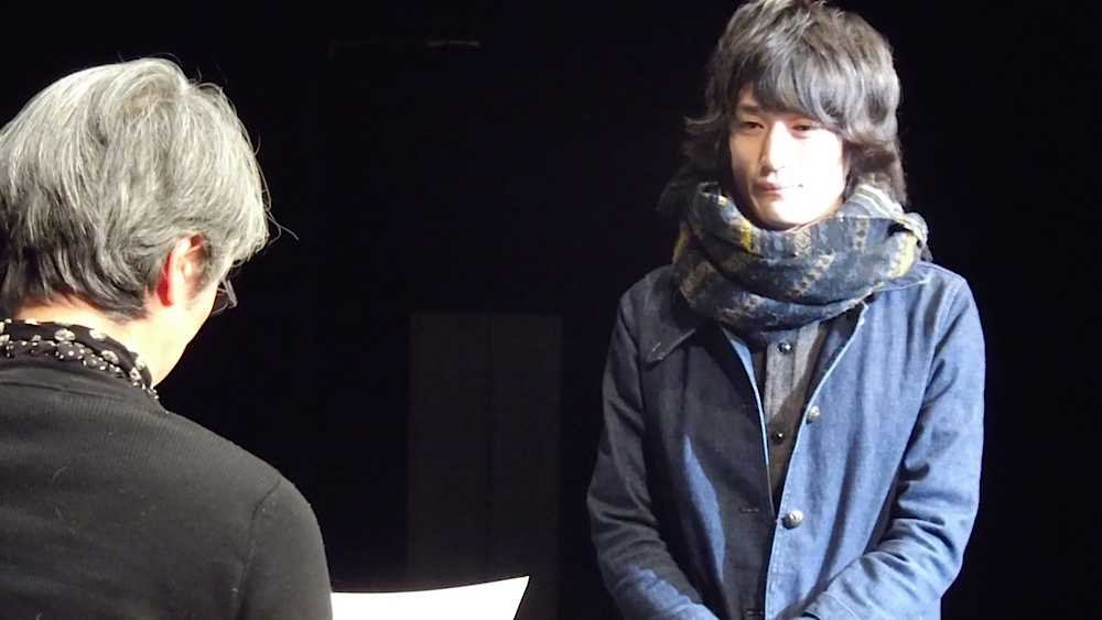 第1回【俳優A賞】に輝いた八代将弥。賞状とトロフィー、賞金5万円が授与された
