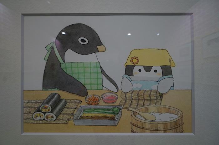 コウペンちゃん歳時記のコーナーにあった、恵方巻きをつくるコウペンちゃん&料理上手のアデリーさん(よく見ると、左下の恵方巻きはペンギン柄になっている)