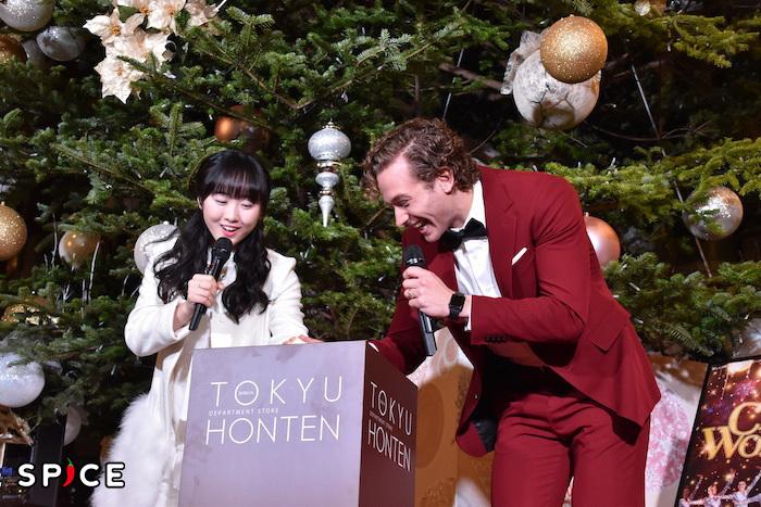 クリスマスツリーの点灯スイッチを入れる、本田望結とサム・ハーヴィー(左から)