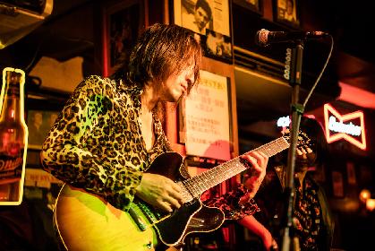 "TAKURO(GLAY) ""お酒に合う音楽""が届けられたソロライブをレポート 未発表曲も披露"