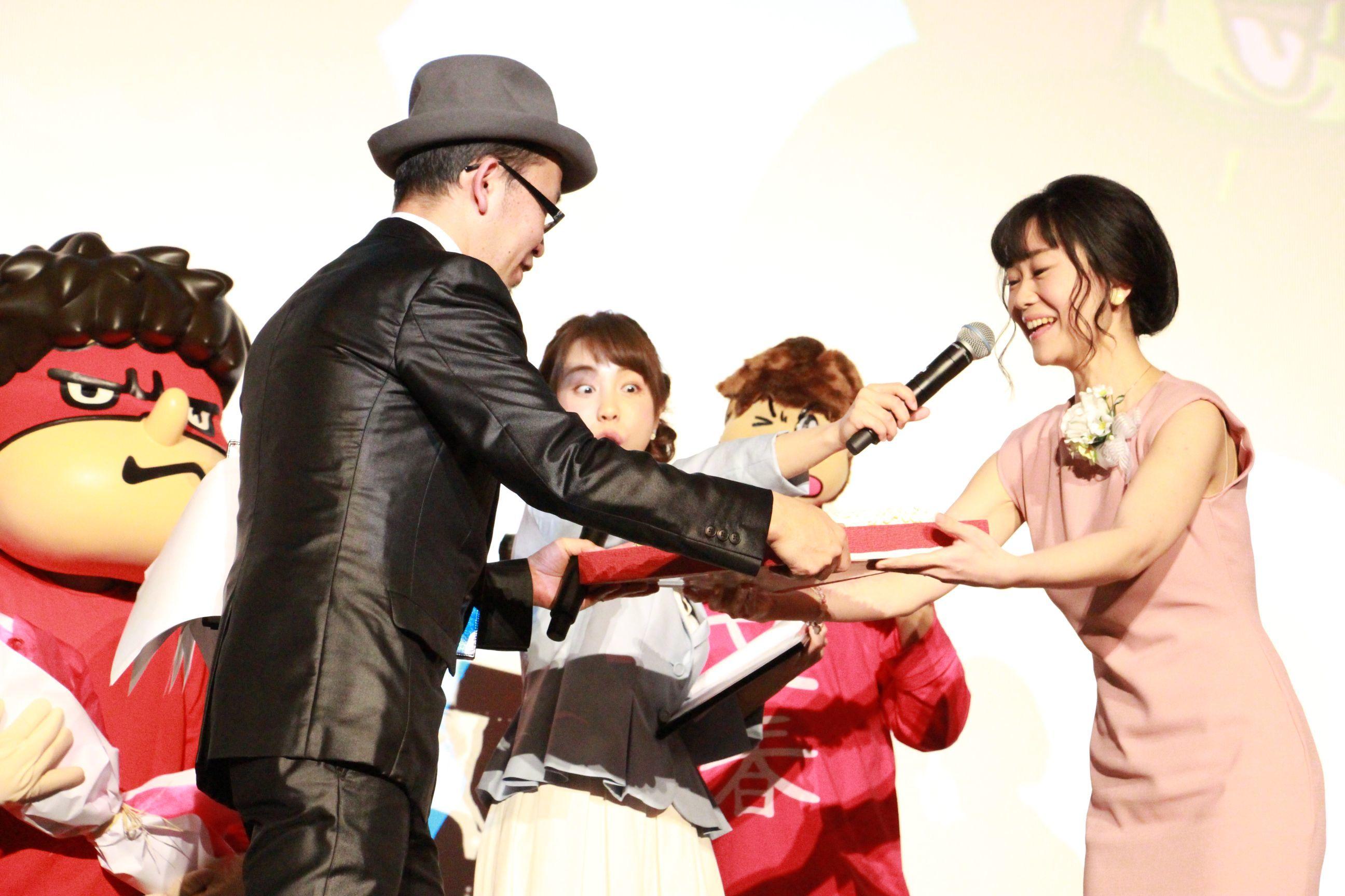 FROGMAN作品の常連 声優・上野アサからバースデーケーキを手渡されるFROGMAN