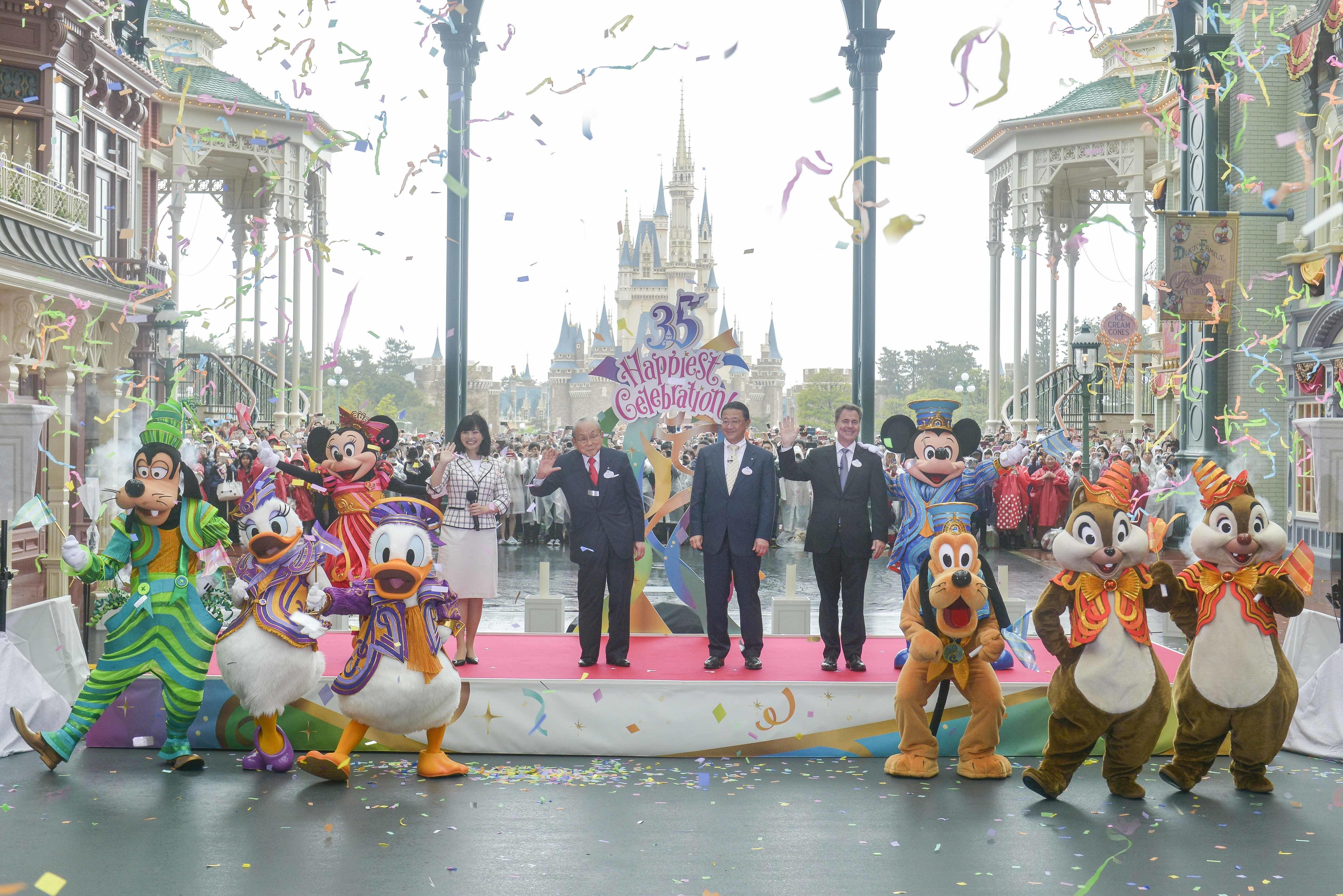 ステージ上 左から、ミニーマウス、福本望氏、加賀見俊夫氏、上西京一郎氏、マイケル A.コールグレイザー氏、ミッキーマウス(オープニングセレモニーの様子)
