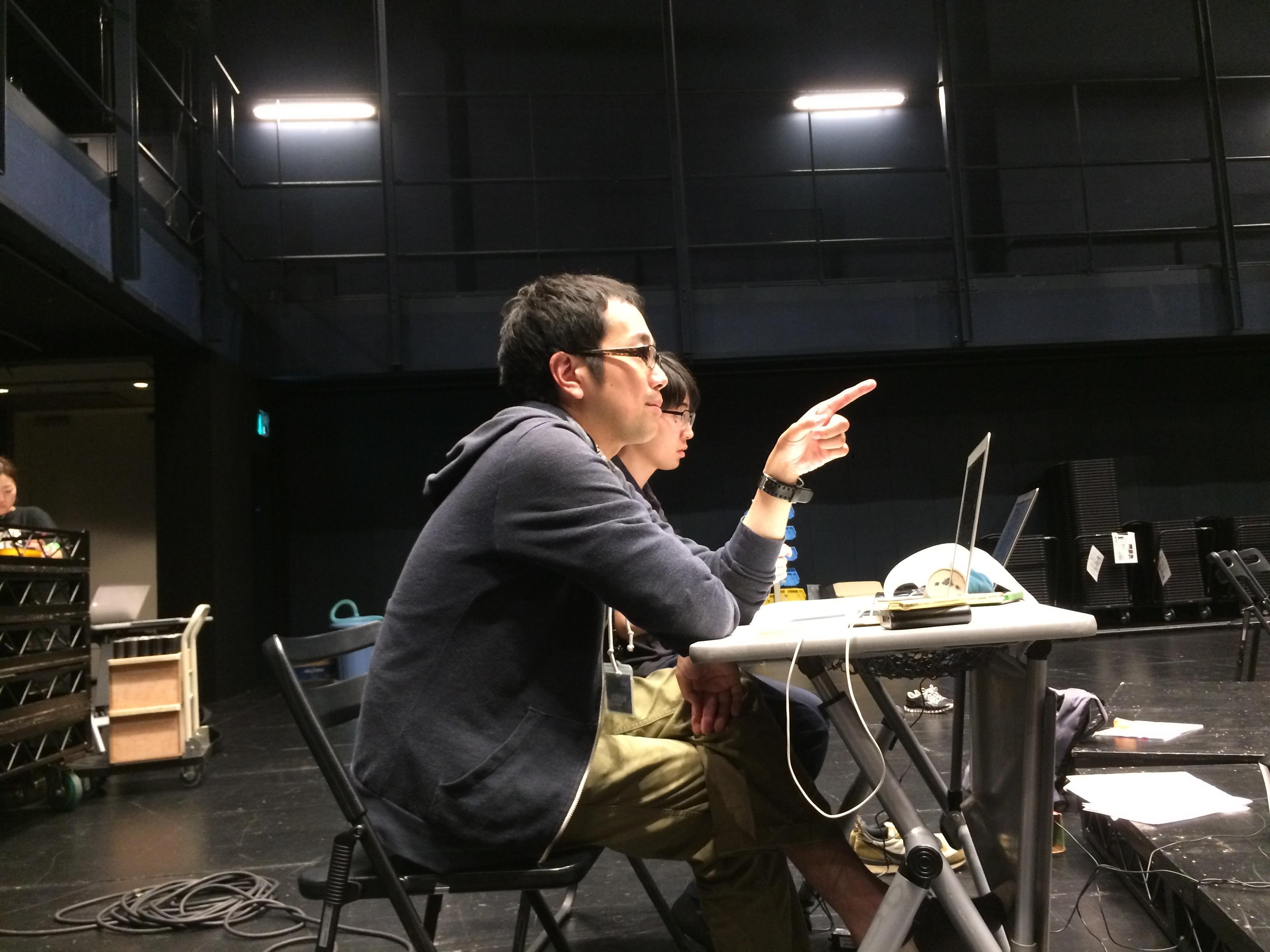 松井周(手前)