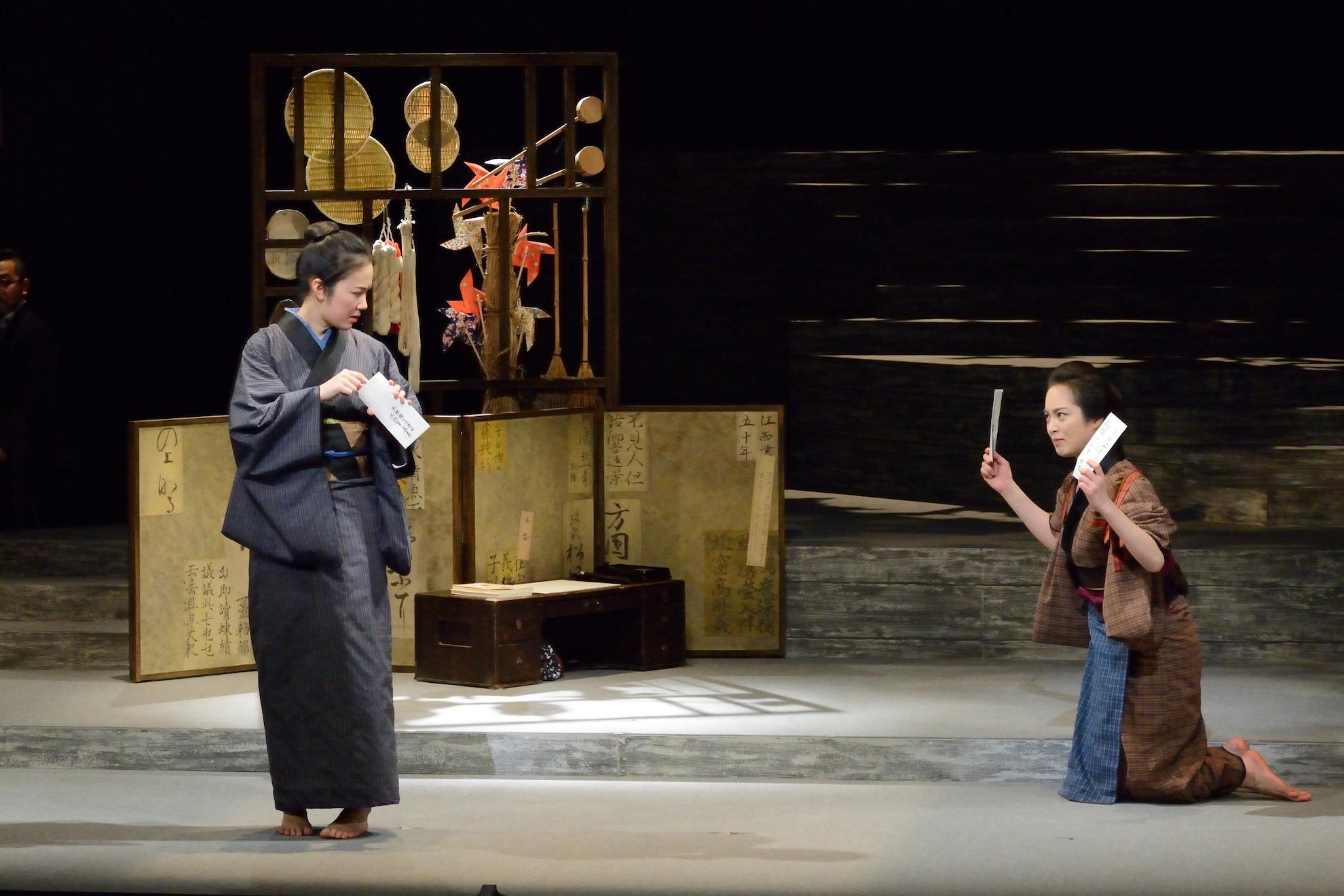 二兎社『書く女』朝倉あき(右)と黒木華