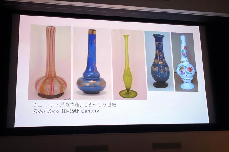 チューリップの花器、左3点が18世紀の作品、右2点が19世紀の作品