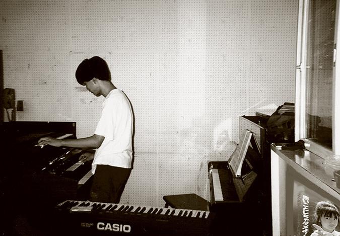 児童館の音楽室でエレクトーンを弾く少年時代の筆者