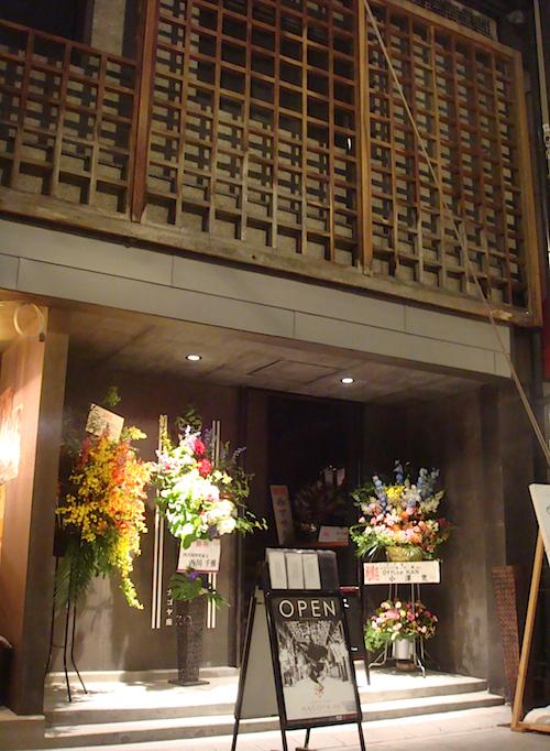 『KABUKI CAFE NAGOYA za』外観。古い木枠をそのまま生かし、モダンな造りに