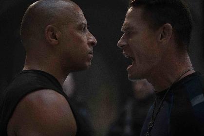 頭を壁に叩きつけ、そのまま突進!フックで柱を殴り壊す!映画『ワイルド・スピード/ジェットブレイク』の兄弟肉弾バトルを公開
