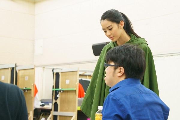 演出奥秀太郎さんとミーティングを重ねる青野さん