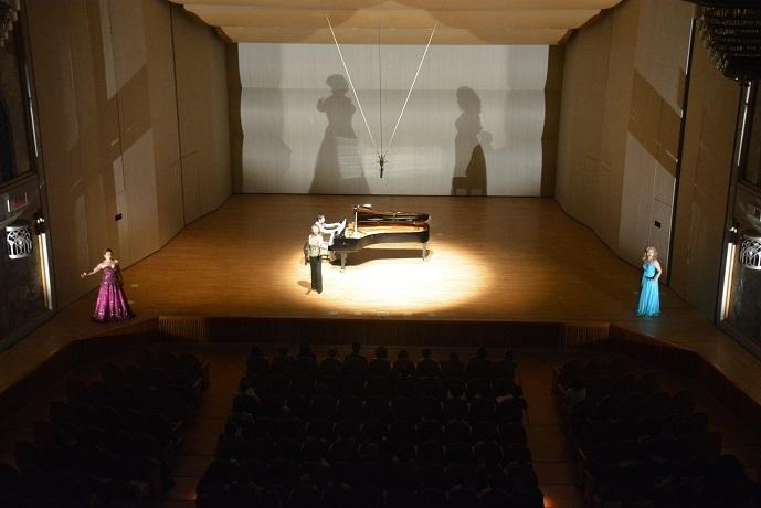 華やかな衣装に手の込んだ演出。視覚的にも聴覚的にも楽しめるコンサート 提供:川西市みつなかホール