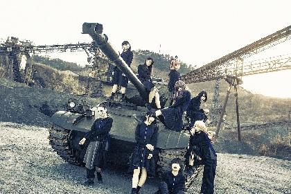 BiS 新体制でのメンバーの絆感じる「BiSBiS」MV&本物の戦車を使用した新アー写公開