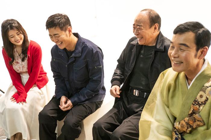 左から 樋口日奈(乃木坂46)、宅間孝行、モト冬樹、肥後克広(ダチョウ俱楽部)
