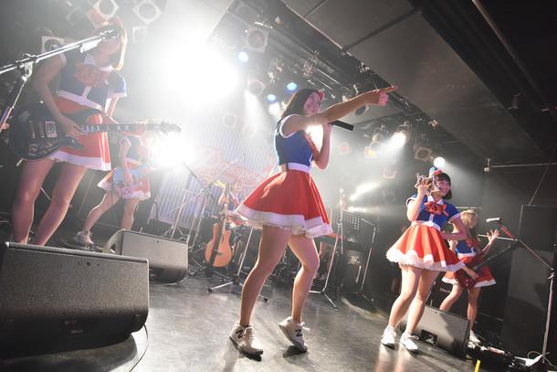 BAND PASSPO☆によるライブの様子。